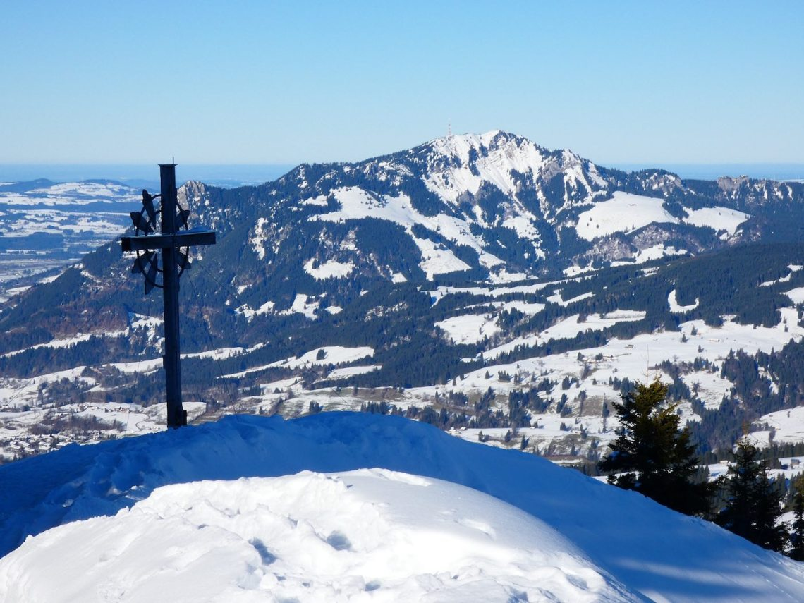 Sonnenkopf Gipfelkreuz mit Grünten im Hintergrund