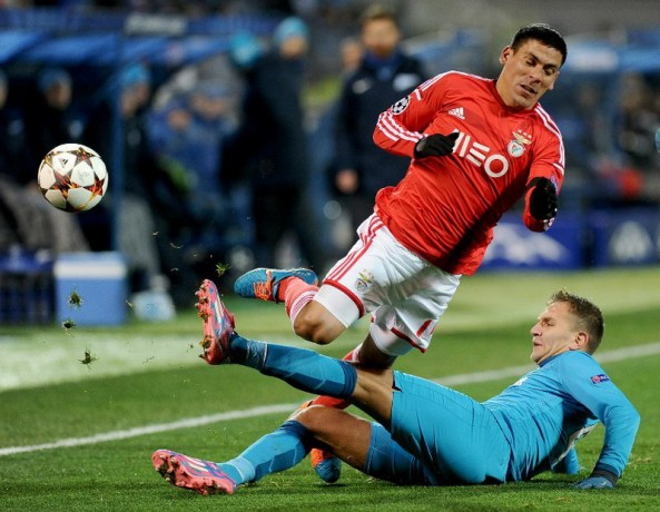 Domenico Criscito (bottom) of Zenit vies with Maxi Pereira (top) of Benfica during the UEFA Champions league group C football match in St. Petersburg on November 26, 2014. AFP PHOTO / OLGA MALTSEVA