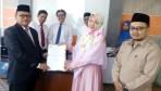 Surat Keputusan pendirian akademi itu diserahkan Kemenristekdikti RI lewat Kepala LLDIKTI Wilayah IX Sulawesi dan Gorontalo, Prof Dr. Jasruddin, M.Si