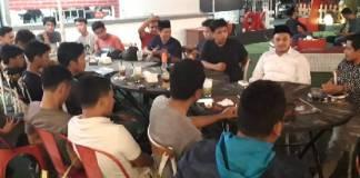 Bacalon Bupati Bulukumba, Dokter Isradi Febriyanto (kedua kanan/putih) saat berdiskusi dengan aktivis dan mahasiswa di Red Corner Cafe Makassar, Minggu (19/5/2019)