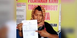 wartawan media online Takalar saat memperlihatkan bukti laporannya, Jumat (3/4/2019).