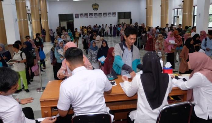 Pemerintah Kabupaten Gowa membuka loket pengambilan kartu ujian CPNS 2019 mulai Rabu (15/1/2020). Tampak ribuan peserta memadati lokasi pengambilan kartu ujian. (BERITA.NEWS/Putri).