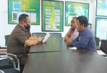Direktur LAKSUS Muh Ansar (Kanan) adakan pertemuan dengan Asisten Intelijen Kejati Sulsel Subroto.