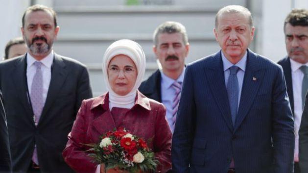 Presiden Turki Recep Tayyip Erdogan (kedua dari kanan) dan ibu negara Emine Erdogan tiba di Berlin, untuk kunjungan kenegaraan tiga hari ke Jerman, Kamis (27/9).