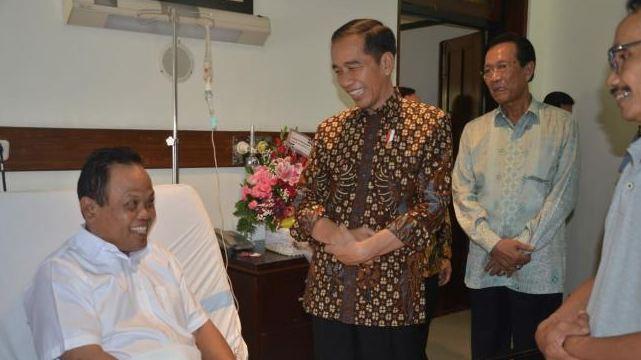 Presiden Jokowi saat  menjenguk pembuat mobil Esemka, Sukiyat (61 tahun) di RS Bethesda, Yogyakarta, Jum'at (14/9/2018).