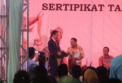 Presiden Jokowi saat bagigan sertifikat tanah kepada warga Samarinda.
