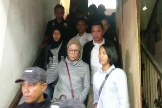 Ratna Sarumpet saat di tangkap Polisi.