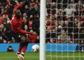 Striker Manchester United (MU), Romelu Lukaku, melepaskan tembakan kaki kiri yang membuat timnya unggul 2-0 atas Reading pada Babak Ketiga Piala FA 2018/19 di Old Trafford, Sabtu (5/1/2019).(AFP/Oli Scarff)