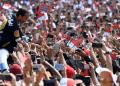 Calon Presiden petahana Joko Widodo menyapa pendukungnya saat menghadiri Deklarasi Alumni Jogja Satukan Indonesia di Jogjakarta.