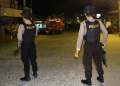 Polisi bersenjata berjaga di lokasi terjadinya ledakan yang diduga bom saat penggerebekan terduga teroris di kawasan Jalan KH Ahmad Dahlan, Pancuran Bambu, Sibolga Sambas, Kota Sibolga, Sumatera Utara, Selasa (12/3/2019).