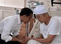 Presiden Jokowi saat menjenguk Ustad ilham Arifin.