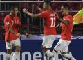 Striker Cile Alexis Sanchez (kiri) merayakan golnya ke gawang Jepang pada matchday pertama fase Grup C Copa America 2019 di Estadio do Morumbi, Selasa (18/6/2019) pagi WIB. (Foto: AFP)