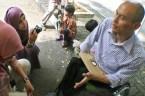 Berinteraksi dengan wartawan usai kunjungan ke istana presiden