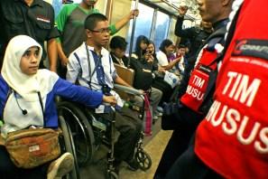 Petugas di lingkungan gerbong kereta dituntut untuk dapat lebih sigap dalam melayani. ( Tajuk.co / Aljon Ali Sagara )