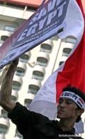Seorang remaja dengan tegar mengibarkan bendera kebangsaan Republik Indonesia. (Aljon Ali Sagara / BeritaKedaulatan.com)
