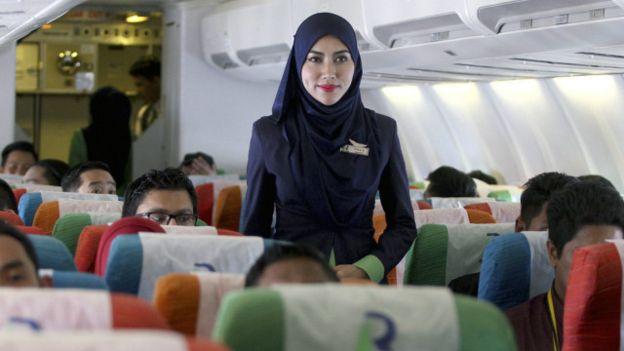 Pramugari diwajibkan pakai jilbab, yang non-Muslim diminta berpakaian pantas. (EPA)