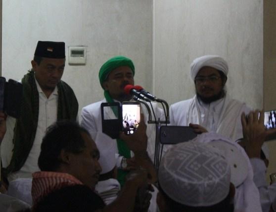 Habib Rizieq mengarahkan langsung Aksi damai bela Islam II usai melaksanakan shalat jum'at.