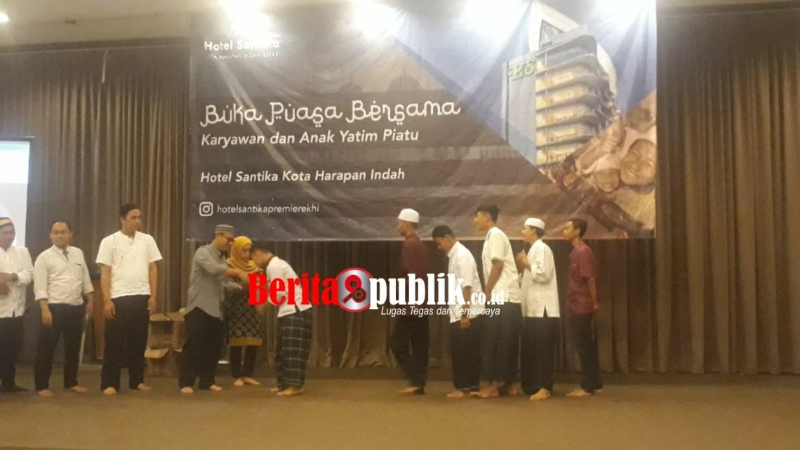 General Manager Hotel Santika Premiere Kota Harapan Indah, Endy Basuki Berikan Santunan Anak Yatim kepadaYayasan Panti Asuhan Yayasan Al-Muslimun
