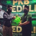 Pemberian Simbolis Sembako Kepada Perwakilan Jurnalis di Kota Bekasi, Kamis, (21/5).