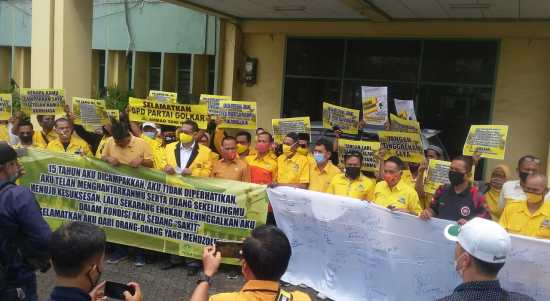 Kader Partai Golongan Karya (GOLKAR) Kota Bekasi Lakukan Aksi Moril di Jalan Jenderal Ahmad Yani No.18, (29/9).