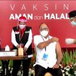 Caption Foto: Ketum Kadin Indonesia Rosan P Roeslani saat vaksinasi covid-19, Rabu, (13/1).