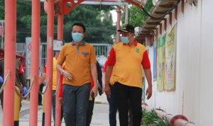 Foto Caption : Pengecekatan Suhu Tubuh, Wakil Walikota Bekasi, Tri Adhianto sebelum Memasuki Area Pabrik Didampingi HRD PT. Angel Langgeng, Rabu, (20/1).