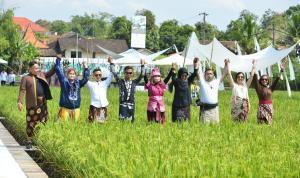 """Indonesia Fashion Parade menggelar fashion show unik di tengah sawah untuk menyatu dengan alam dalam gelaran bernama """"When Culture Meet Nature"""" di kaki Borobudur, Jawa Tengah, Senin, (3/5)."""