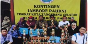 Sadelih, M.Pd Kasie Dikmas Dindik Tangsel, beserta Tim Lomba  PTK-PNFI , setelah menerima Thropy  Juara Umum Tingkat Provinsi BAnten ( 9 -10/ Mei/2014) di Hotel Nuasa Bali Anyer - Kota Cilegon