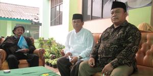 Kepsek SMK YAPIA Drs. Hanafi (Tengah), Ketua Yayasan H. Abdul Muid Syafe'i, SH (samping Kiri Kepsek) dan Wartawan beritatangsel Bumi (saming Kanan Kepsek)