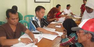 Sarbini Kasi Kesos Kelurahan Sawah (Tengah Baju Kemeja) Saat Pembagian Bansos