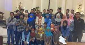 gambar-sekumpulan-pelajar-melayu-muslim-di-gereja