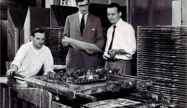 2 artikel tentang sejarah dan perkembangan singkat dari teknik cetak sablon kaos manual