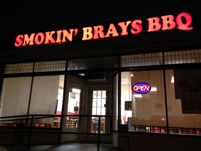 smokin-brays-exterior-night