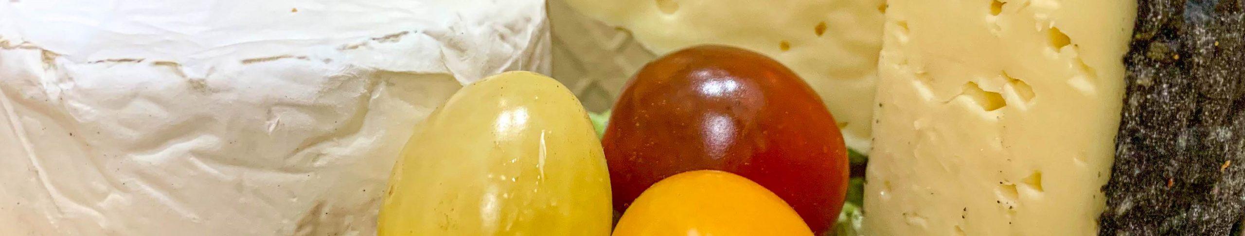 Käse und Obst auf Sommers Hof
