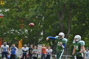 ein Football befindet sich in der Luft kurz nach dem er geworfen wurde