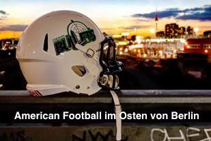 Football Helm und im Hintergrund den Berliner Fernsehturm
