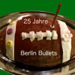 zeigt einen Kuchen in Footballform