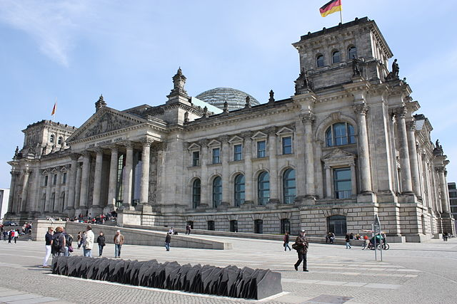 Memorial in front of the Reichstag building in Berlin. Each slate plate is dedicated to one of the 96 members of the German Parliament executed by the Nazis between 1933 and 1945. Foto: SarahEwart