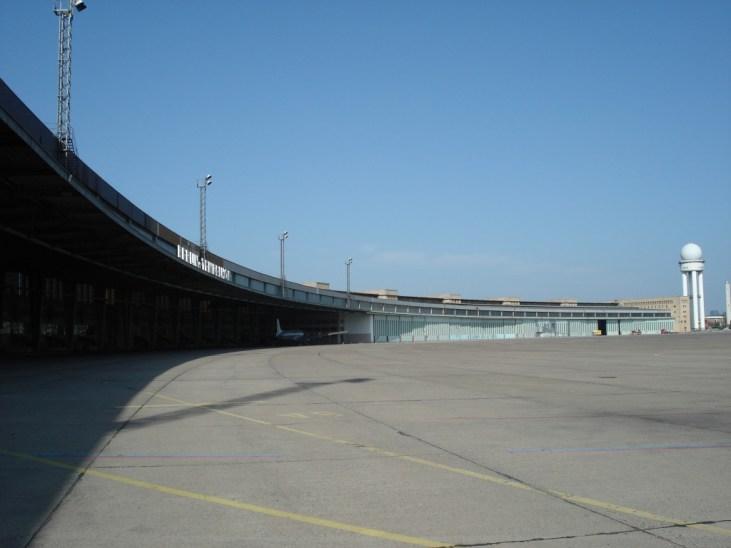 Vue over landingsbanen og lufthavnsbygningen, 2009. Foto: Kirsten Andersen