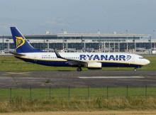 Boeing 737-800 der Ryanair vor BER-Kulisse (© O. Pritzkow)