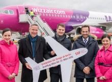 Erstflug von Wizz Air von Berlin-Schönefeld nach Skopje: Andreas Ley, Airline Marketing der Flughafen Berlin Brandenburg GmbH (2.v.l.), und Gabor Vasarhelyi, Communications Manager von Wizz Air (3.v.l.), mit der Crew von Wizz Air.