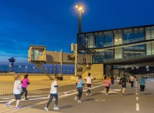 Die Läuferinnen und Läufer des Airport Night Run kamen direkt unter den Fluggastbrücken am Main Pier des BER vorbei (© FBB)