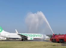 Erstflug von Transavia am 30.05.2016 von Berlin-Schönefeld nach München: Begrüßung durch die Flughafenfeuerwehr in Schönefeld. (© G.Wicker/FBB)