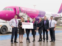 V.l.n.r.: Anatolii Popenaka (Kapitän Wizz Air), Jana Friedrich (Senior Manager Key Account and Business Development, Flughafen Berlin Brandenburg GmbH), Alina Grapini (Crew Wizz Air), Tatiana Rata (Crew Wizz Air), Zaneta Tywoniuk (Crew Wizz Air), Oskar Rudnik (Crew Wizz Air) und Oliver Seipp (Kopilot Wizz Air)