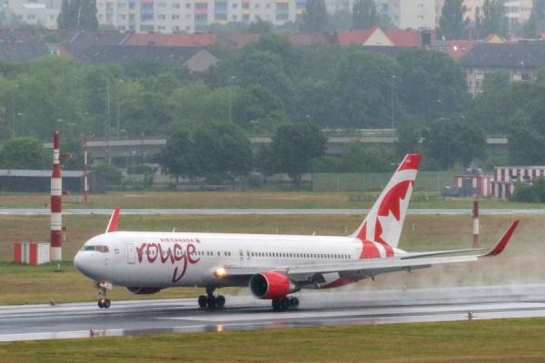 Die Boeing 767-300 von Air Canada Rouge landet zum ersten Mal auf dem Flughafen Tegel (Foto: G. Wicker/FBB)