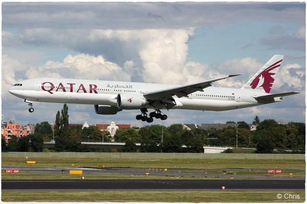 Boeing 777-300ER der Qatar Airways im Endanflug auf Tegel