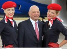 Joachim Hunold zwischen zwei Flugbegleitern anlässlich des 787-Besuchs im Juni 2011 in Tegel (Foto: O. Pritzkow)