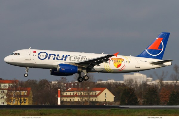 Onur Air Airbus A320-200 TC-OBS, Göztepe-Sticker (TXL 26.11. 2017)