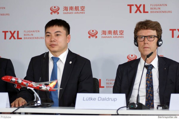 Von links: Shi Zhiwei (International Marketing Director, Hainan Airlines), Prof. Dr.-Ing. Engelbert Lütke Daldrup, (Vorsitzender der Geschäftsführung der Flughafen Berlin Brandenburg GmbH).