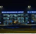 Ein Flugzeug der easyJet steht nachts am BER Terminal 1